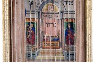 Tri obrazy v jednom sú raritným judaikom. Pri pohľade spredu a z bokov vždy vidieť iný obraz. Sú tu obrazy Davida a Šalamúna, Mojžiš s tabuľami Desatora a Áron v rúchu veľkňaza. V židovskej tradícii ide o veľmi atypický nález. Skôr je charakteristický pre kresťanské prostredie, hlavne na východnom Slovensku, v Poľsku alebo na Ukrajine.