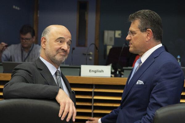 Eurokomisár pre hospodárske a finančné záležitosti, dane a clá Pierre Moscovici a eurokomisár pre energetickú úniu Maroš Šefčovič.