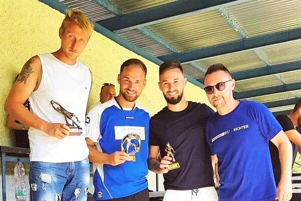 Traja najlepší hráči turnaja a vpravo organizátor Henrich Richter.