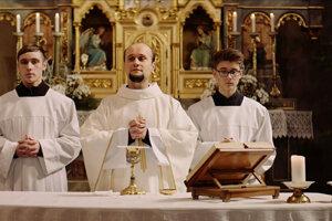 Daniel Fischer ako kňaz vo filme Marka Škopa Nech je svetlo.