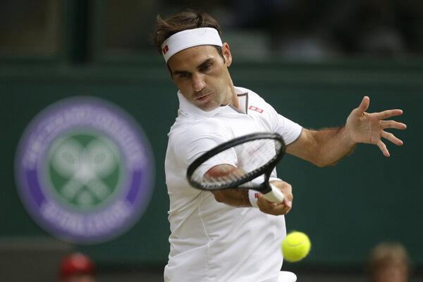 Roger Federer v zápase proti Lucasovi Pouileovi na Wimbledone 2019.