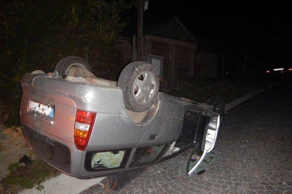 Auto skončilo na streche.