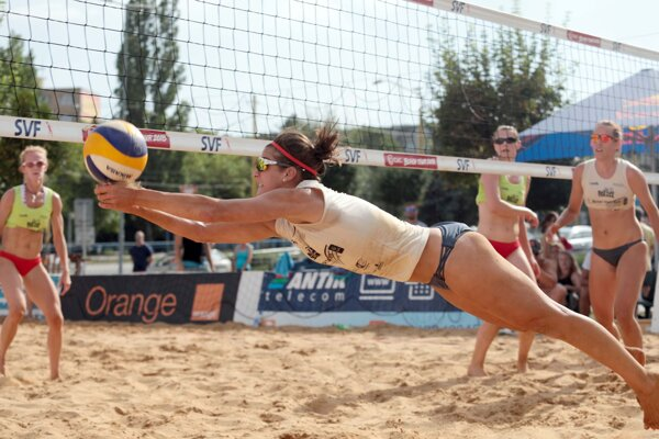 Turnaj v plážovom volejbale pred OC Galéria.