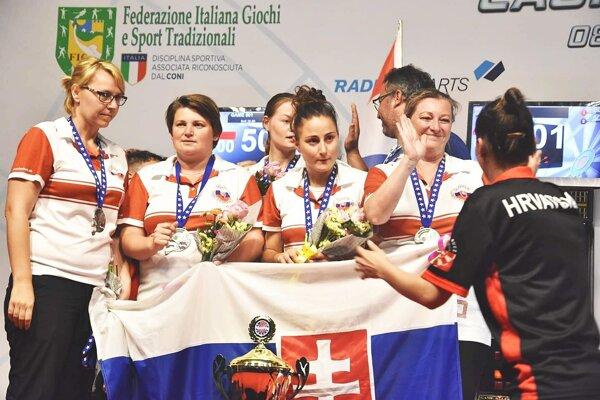 Katarína Nagyová (druhá zľava) bola členkou strieborného družstva Slovenska.