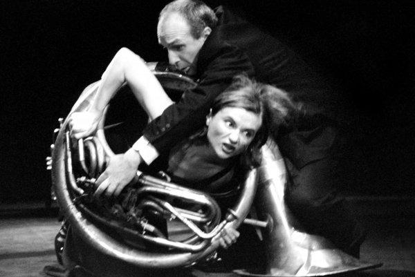 Divadlo Stoka si nikdy nedávalo servítku pred ústa, a predsa dokázalo hovoriť rečou umenia. Na snímke Ľubo Burgr a Inge Hrubaničová v inscenácii Tváre (1999)