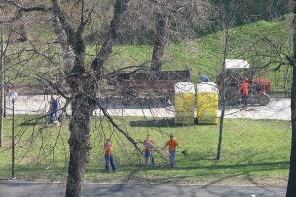 Väzni čistili Promenádu.