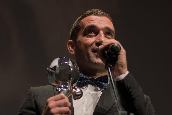 Milan Ondrík získal na festivale v Karlových Varoch Krištáľové krídlo za najlepší mužský herecký výkon.