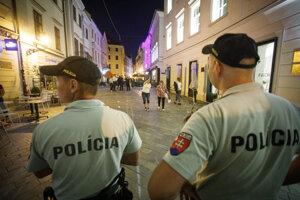 Hliadka polície na mieste bitky.