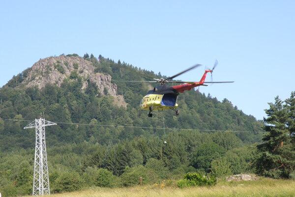 Vrtuľník pomáhal pri vymieňaní oceľových stožiarov.