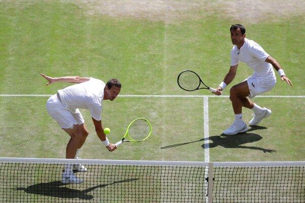 Filip Polášek (vľavo) a jeho tenisový spoluhráč Ivan Dodig z Chorvátska v semifinále štvorhry vo Wimbledone 2019.