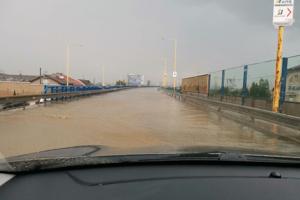 Takýto pohľad na cestu sa naskytol motoristom, ktorí šli po prívalovom daždi po Sečovskej.