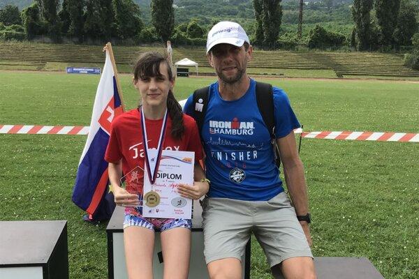 Miška Ivančová po slávnostnom vyhlásení výsledkov s otcom Michalom.