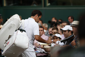Roger Federer rozdáva autogramy po víťazstve nad Rafaelom Nadalom v semifinále Wimbledonu 2019.