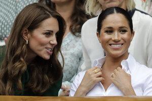 Finálový zápas sledovali v hľadisku aj členky britskej kráľovskej rodiny - vľavo Kate, vojvodkyňa z Cambridge a manželka princa Williama, vpravo Meghan, vojvodkyňa zo Sussexu a manželka princa Harryho.