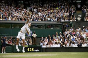 Roger Federer podáva vo finále Wimbledonu 2019.