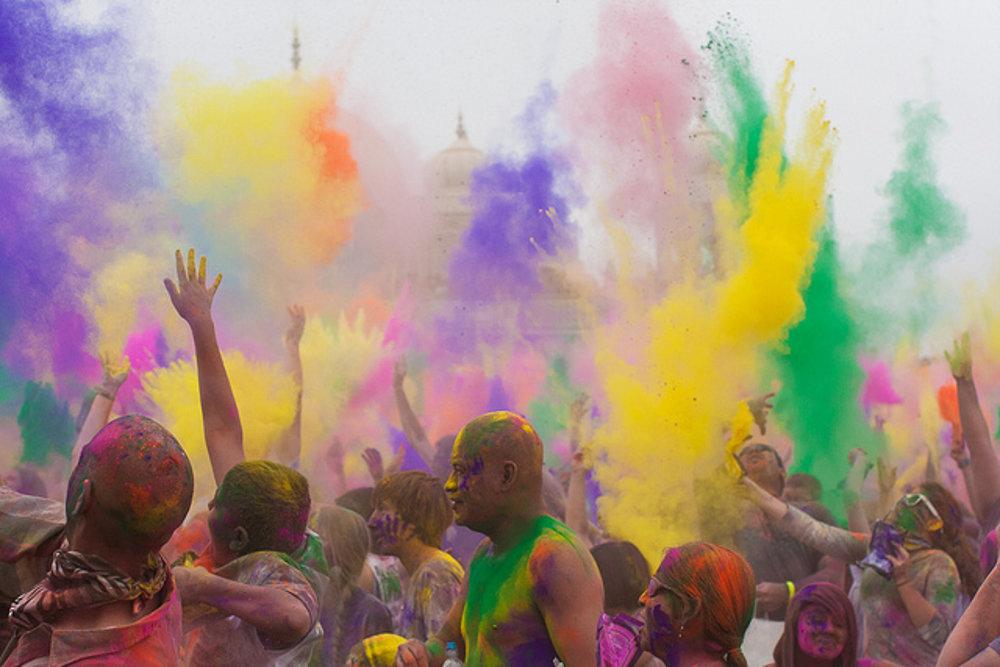Pestrofarebné oslavy sa presúvajú aj do Európy.