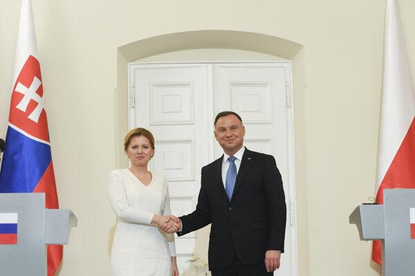 Prezidentka Čaputová a poľský prezident Andrzej Duda si podávajú ruky po tlačovej konferencii