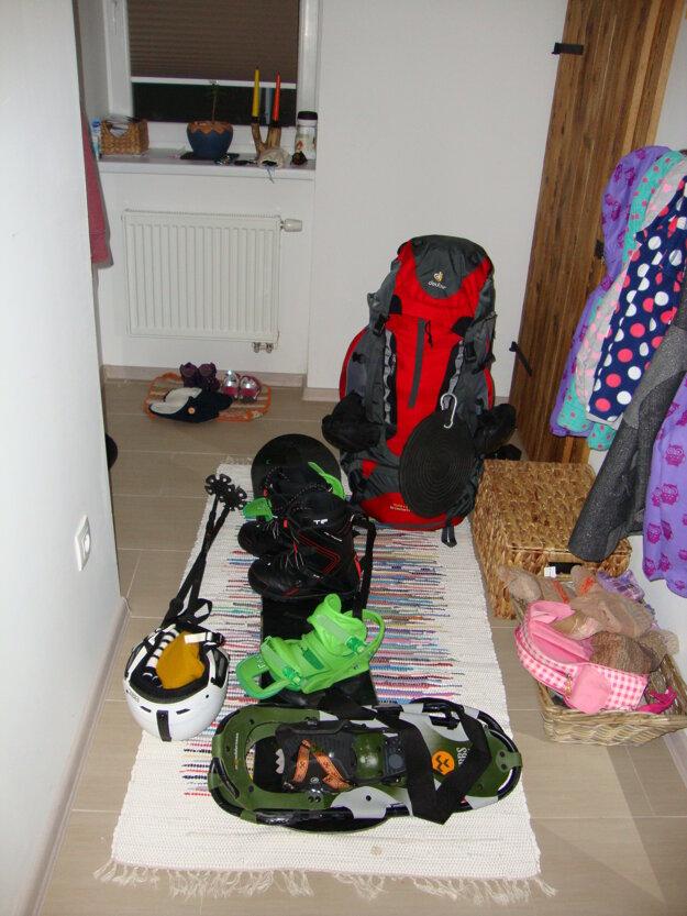 Ruksak, doska, snežnice, paličky, jedlo a voda na cestu. Mám všetko.