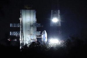 Na snímke indická nosná raketa GSLV Mk.3 na kozmodróme Šríharikota na východnom pobreží Indie v nedeľu 14. júla 2019.