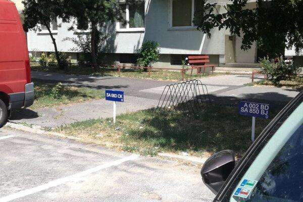 Mestskí policajti kontrolujú aktuálnosť umiestnených tabuliek na vyhradené parkovanie.