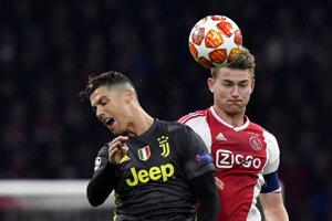 Cristiano Ronaldo (vľavo) a Matthias de Ligt sú už spoluhráčmi v Juventuse Turín.
