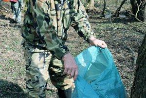 Odpadom z potoka Chvojnica naplnili rybári pätnásť vriec.