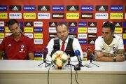 Tlačová konferencia AS Trenčín pred začiatkom novej sezóny. Zľava: tréner Matthias Kohler, generálny manažér Róbert Rybníček a kapitán tímu David Depetris.