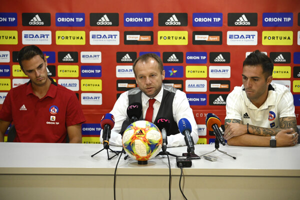 Tlačová konferencia AS Trenčín pred začiatkom sezóny 2019/2020. Zľava: tréner Matthias Kohler, generálny manažér Róbert Rybníček a kapitán tímu David Depetris.