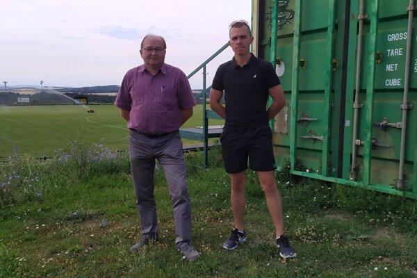 Starosta Tibor Čierny (vľavo) a ISSF manažér a hráč Filip Celleng.