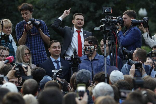 Opozičný kandidát na post poslanca Moskovskej mestskej dumy a aktivista Iľja Jašin na zhromaždení v Moskve 15. júla 2019.