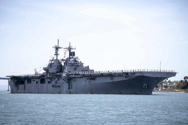 Americká vrtuľníková výsadková loď USS Boxer.