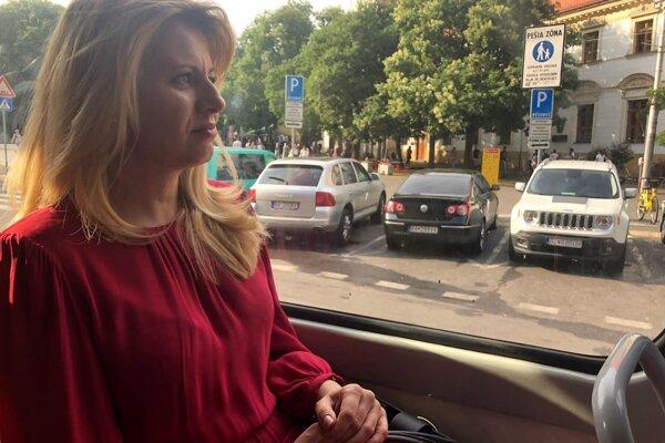 Zuzana Čaputová išla v električke aj so svojou ochrankou.