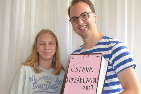 Detská premiérka Aneta Vrábľová prijíma gratuláciu od prezidenta Korzárlandu.