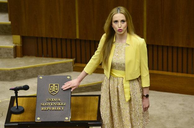Adriana Pčolinská (Sme rodina) skladá sľub.