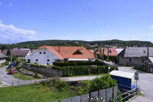 Pohľad na centrum obce Kamenec pod Vtáčnikom.