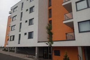 Firma nového sponzora bardejovského klubu má sídlo registrované v bytovke v Košiciach v obytnom komplexe Panoráma, on ako osoba má podľa obchodného registra trvalý pobyt evidovaný v Medzeve.