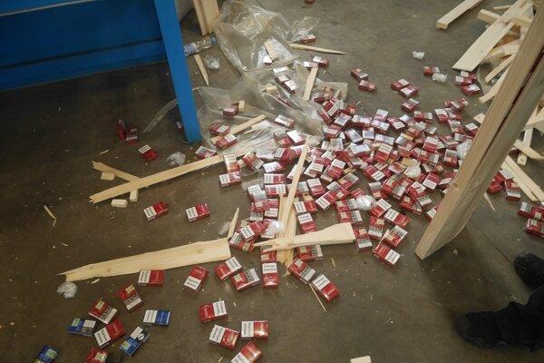 Cigarety ukryté v drevených schodniciach.