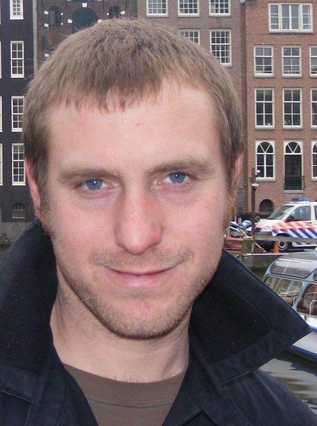 Lee Jarvis sa na University of East Anglia venuje skúmaniu terorizmu. Je tiež editorom žurnalu Critical Studies of Terrorism.