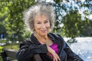Margaret Atwood chcela pôvodne opísať americkú spoločnosť v osemdesiatych rokoch.