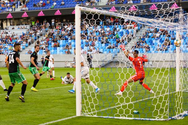 Dominik Greif (v bráne) inkasuje gól v zápase ŠK Slovan Bratislava - KF Feronikeli v 2. predkole Európskej ligy.