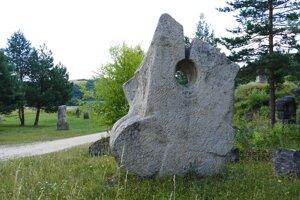 Travertínové sochy zapadajú do prírodného prostredia galérie.