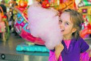 Ružový oblak na paličke je nostalgia, ktorá vracia ľudí do detstva, no vie sa prispôsobiť aj novým gastronomickým vlnám.