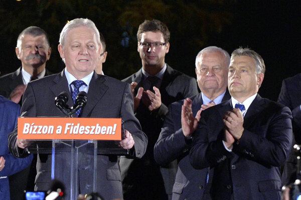 István Tarlós reční po víťazstve v komunálnych voľbách v októbri 2014 v Budapešti. Vpravo Viktor Orbán.