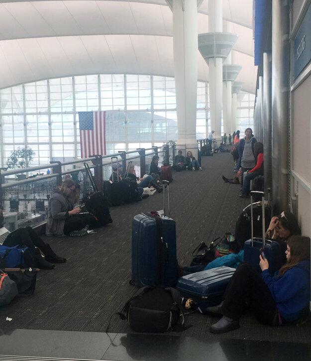 Cestujúci čakajú v hlavnom termináli Denverského medzinárodného letiska.