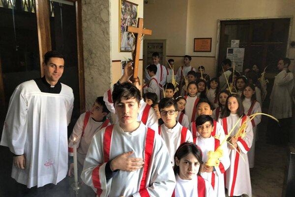 Peter sa v Ríme venuje aj práci s miništrantmi. V Taliansku miništrujú aj dievčatá.