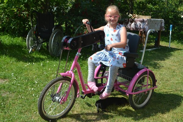 Terezka si užíva leto aj vďaka špeciálnemu bicyklu, ktorí jej kúpili rodičia.