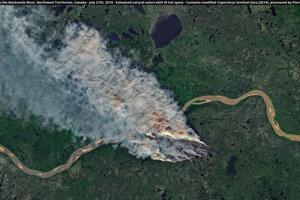 Požiar pri rieke Mackenzie v Severozápadných teritóriách Kanady, 27. júla.