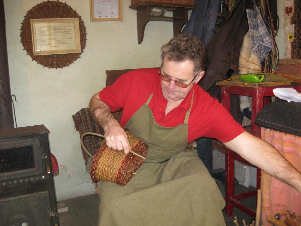 V dielničke pri piecke dorábal svíbové uchá na košíky - hríbáky. Práve sem chodia na Veľkú noc chlapci z okolia pliesť krásne korbáče.