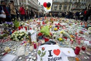 Stovky ľudí stále prichádzajú do centra Bruselu, aby tam položili kvety a zapálili sviečku na pamiatku obetí atentátov.