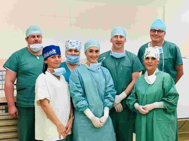 Operačný tím žilinskej oftalmológie pod vedením primára Michala Štubňu za účasti špecialistu Pavla Veselého.